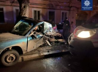 Уснул за рулем: в Одессе водитель скорой протаранил Daewoo