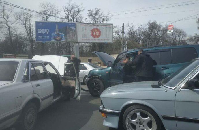 Тройное ДТП на одесской на Люстдорфской дороге создало пробку возле «Красного креста»