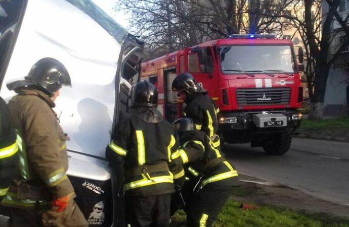 ДТП в Одессе: пострадавшего водителя вырезали из машины (фото)