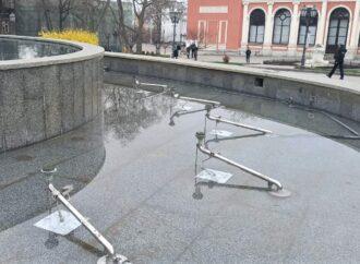 В Одессе вандалы испортили фонтан на Театральной площади