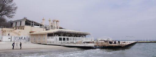 В Одессе начали сносить настил на пляже около известного клуба (фото)