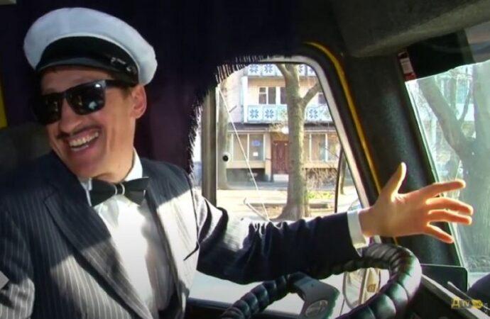 День юмора: водитель одесской маршрутки на время стал «великим комбинатором» (видео)