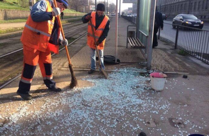 Одесситов просят помочь найти вандалов, бьющих стекла на остановках