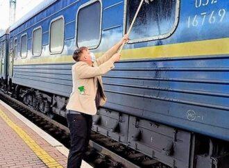 «Грязь древняя и устойчивая»: датчанин приобрел швабру и вымыл окно поезда «Киев – Измаил»