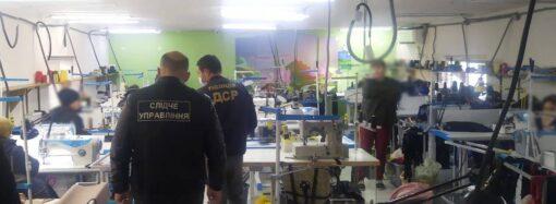 «Сделано на Малой Арнаутской»: в Одессе обнаружили сеть подпольных швейных цехов (видео)