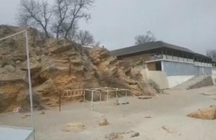 В Одессе сносят природную скалу на пляже в Аркадии (видео)