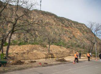 Возле одесской Трассы здоровья разворотили часть склона под скалой