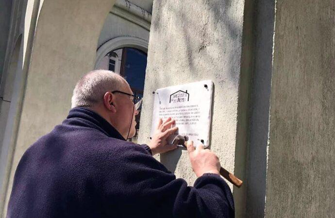 В Одессе у входа в старый парк установили табличку с цитатой Леси Украинки (фото)