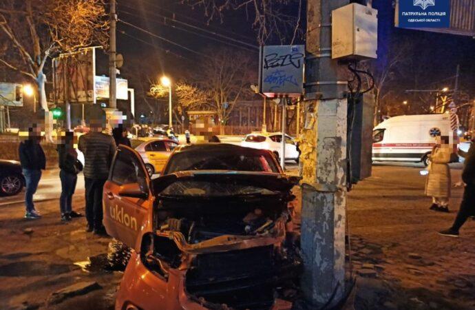 В Одессе такси влетело в столб: пострадавших госпитализировали (фото)