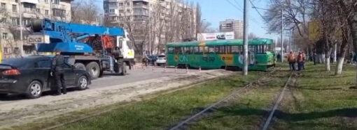 В Одессе трамвай сошел с рельсов и спровоцировал ДТП (видео)