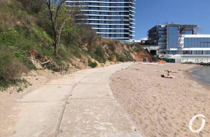 На одесском пляже появилась бетонка: стало известно зачем (фото)