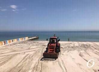 В Одессе на пляже для людей с инвалидностью наводят порядок (фото)