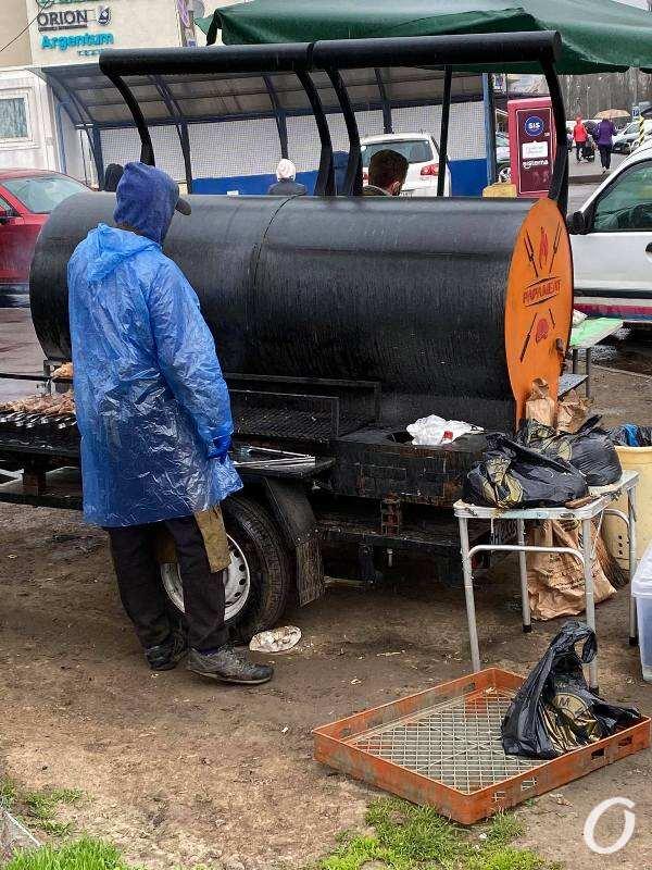мангал на колесах, в дождь