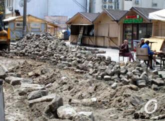 Дерибасовская угол Красного переулка в Одессе: брусчатку снимают, ярмарка работает (фото)