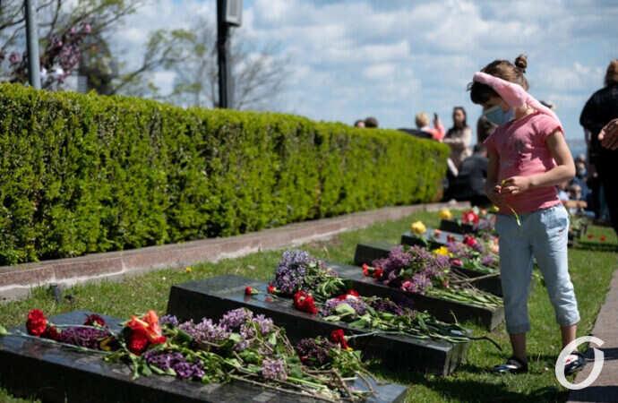 Сотни одесситов возложили цветы на Аллее Славы – фоторепортаж