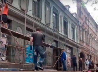 Исторические здания на Ришельевской в Одессе начали «украшать» лесами (видео)