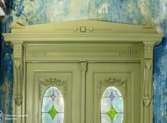 Красота: в Одессе отреставрировали еще одну старинную дверь (фото)