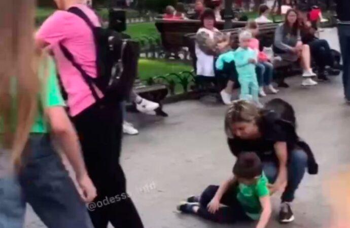 В одесском Горсаду девочка на самокате сбила ребенка