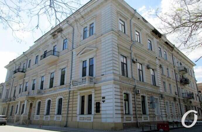 В Одессе «осыпается» исторический дом на Приморском бульваре (фото)