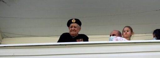 В Одессе трогательно поздравили с Днем Победы 100-летнего ветерана морской пехоты (фото)