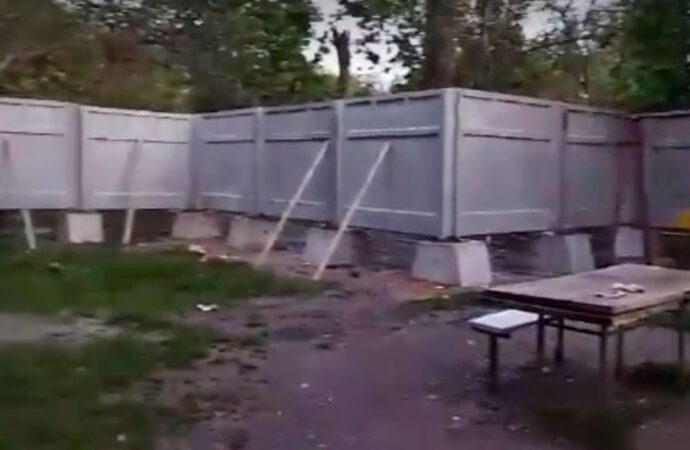 В Одессе стало одной зеленой зоной меньше и одним забором больше – итоги противостояния на Варненской (фото, видео)