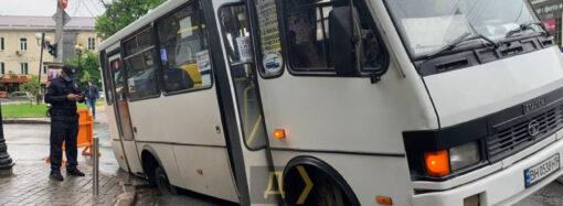 В центре Одессы пассажирский автобус провалился в яму