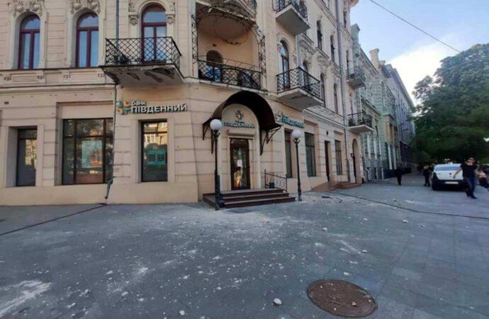 С фасада одесского дома «с одинокой кариатидой» отвалился элемент декора (фото)