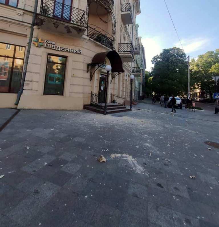 С фасада дома-памятника в Одессе упал кусок фасада4