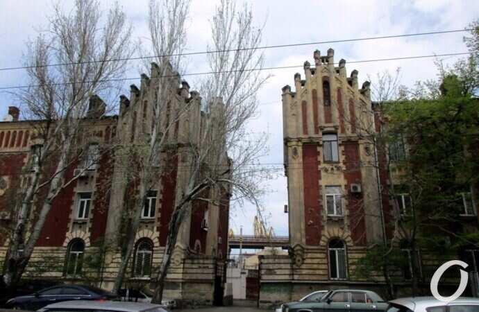 Два дома-близнеца на одесской Приморской: кусочек готики с памятной полутабличкой
