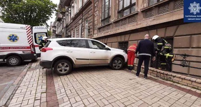 В центре Одессы Toyota «уронила» парковщика в полуподвал (фото)
