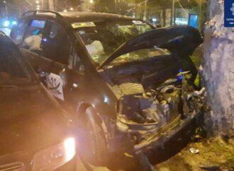 Жесткое ДТП в Одессе: Ford протаранил Audi и «поцеловал» дерево – есть пострадавшие