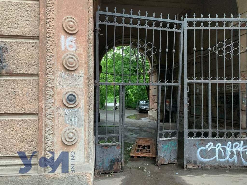 старинные двери в луже2