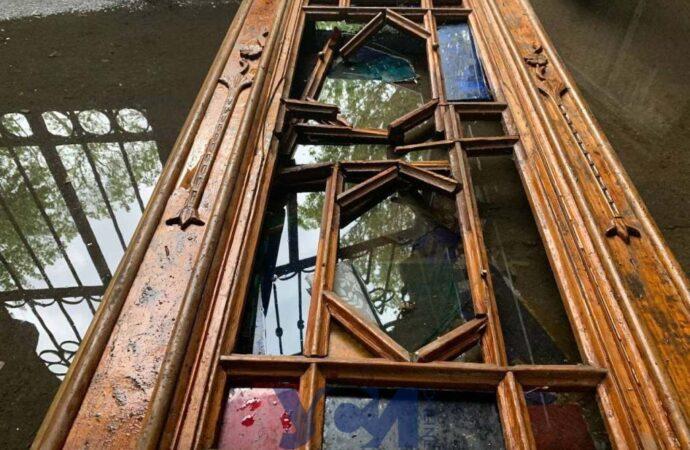 Кто-то реставрирует, а кто-то топчет ногами: в Одессе «оригинально» использовали старинную дверь (фото)