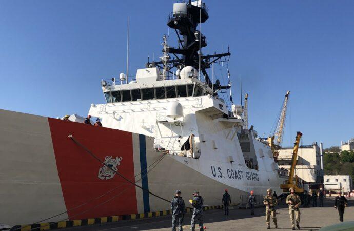 В Одессе на причале Морвокзала пришвартовался американский фрегат