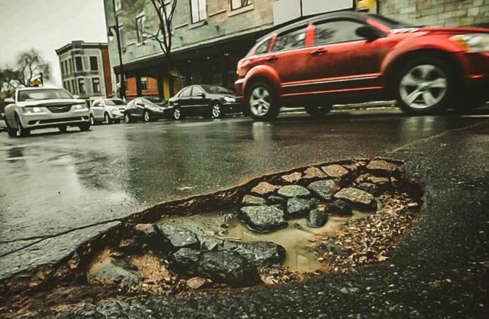 Повредили авто из-за ямы на дороге: что делать (инструкция)