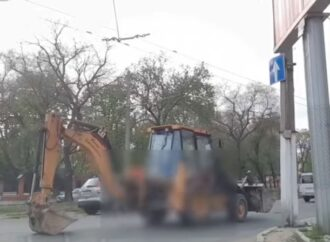 В Одессе водитель экскаватора ответит за странные маневры на дороге (видео)