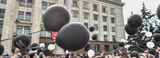 На одесском Куликовом поле в небо взметнулись белые голуби и черные шары (фото, видео)