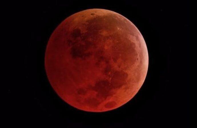 «Кровавый месяц»: чего ожидать от полного лунного затмения и как себя вести