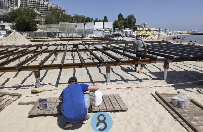 Фотофакт: на пляже в одесской Аркадии заново монтируют настил, снесенный активистами на выходных