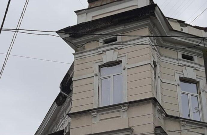 Фасад дома в центре Одессы осыпается на тротуар и автомобили
