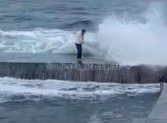 Посмотрел на волны: на одесском пляже чудом не смыло в море пьяного смельчака (видео)