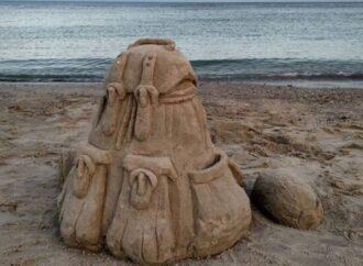 На пляже в Одессе неизвестный великан «позабыл» песочный рюкзак (фото)