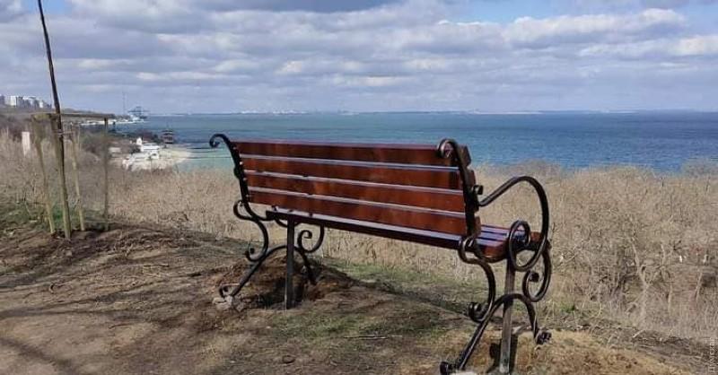 скамейка на склоне