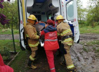 В Одесской области спасатели вызволили скорую из болота (фото)