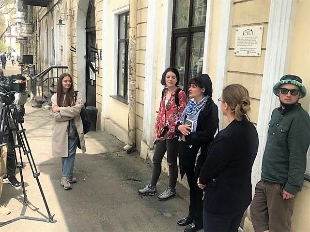 памятная табличка проекта «Чтение на дом» на Польской, открытие