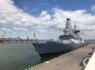 Россияне уверяют, что обстреляли в Черном море британский эсминец, посещавший Одессу