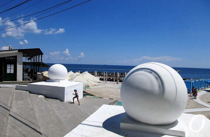 Два шара на одесском Ланжероне превращались в мячи и отправлялись в путешествие (фото)
