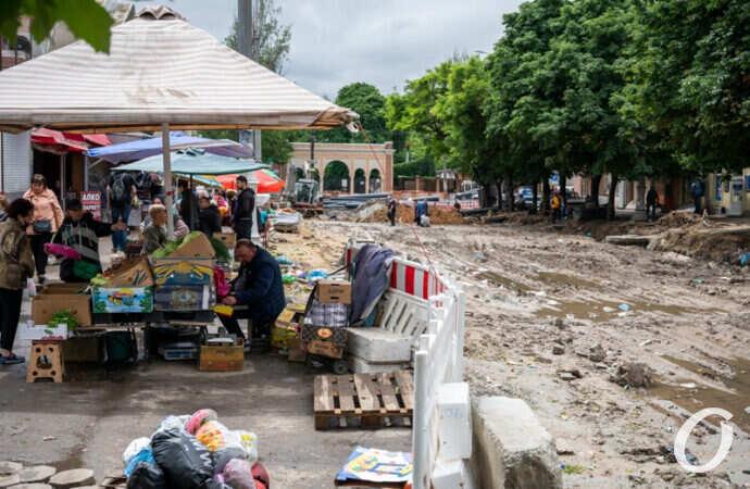 Перекопанный квартал у одесского Привоза: ливень прошел, «забурлила» торговля (фоторепортаж)