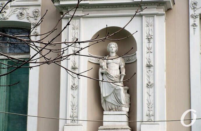 Хрупкая красота по-одесски: скульптуры в нишах и ниши без скульптур