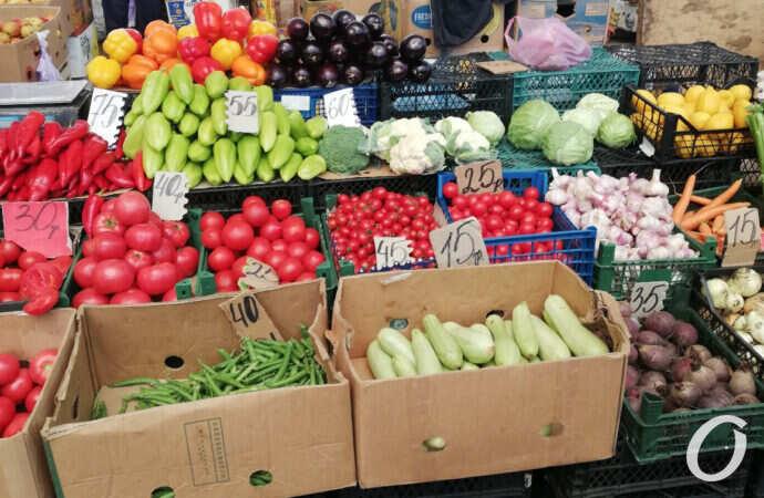 Горошек с «оскаром» и голубика со стихами: почем плоды дождливого июня на Привозе? (фото)